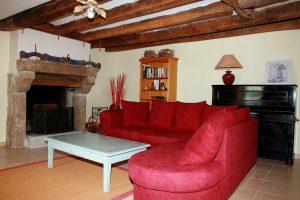 Le salon avec sa cheminée