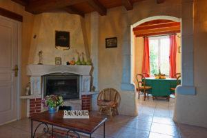 Une vaste entrée, avec cheminée, petit bureau, et clic-clac. Accès wifi libre.