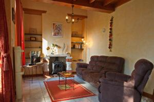 Des fauteuils confortables vous permettent de vous poser, près de la cheminée.