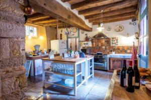 Une cuisine ouverte bien équipée