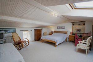 La grande chambre et ses deux lits double.