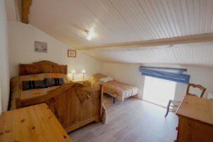 La deuxième chambre et ses deux lits : un lit simple et un lit double.