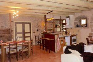 Cuisine séjour 45 m2, une grande table, un canapé, une cheminée-insert; Lave vaisselle, four, plaques vitro, micro onde..