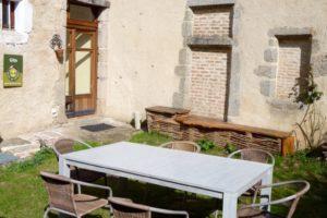 Cour de 50 m2 avec table de jardin et barbecue, bancs