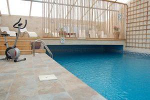 La piscine privée, couverte et chauffée à 27°