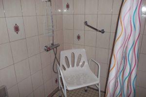 Chaise de douche réglable à utiliser si nécessaire