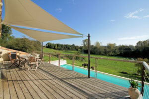 Une vaste terrasse surplombant la piscine