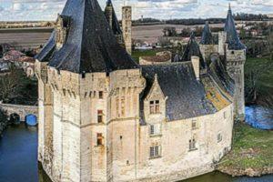 Château de Cherveux vue d'un drône