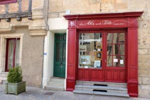 Enseigne, lettres peintes - galerie d\'Art - St Loup s/ Thouet