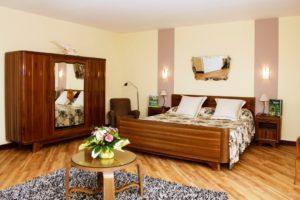 Les Fifties: Mobilier artisanal fabriqué sur mesure pour la famille dans les années 50. Le lit mesure 2 m x 2.15 m, sa literie est neuve. Pas de couette pour respecter la tradition : draps, couverture et dessus de lit assorti aux rideaux !