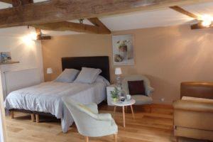 La chambre: Chambre de 25 M² avec sa salle de bains privative et toilettes séparés.